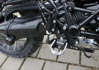 BMW R nineT Scrambler Umbau – Fußrastenanlage RALLY (Fahrer)