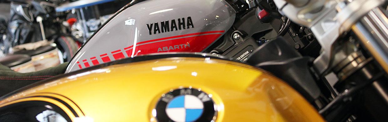 Motorräder von BMW und Yamaha im Ausstellungsraum - Motorrad Bayer GmbH
