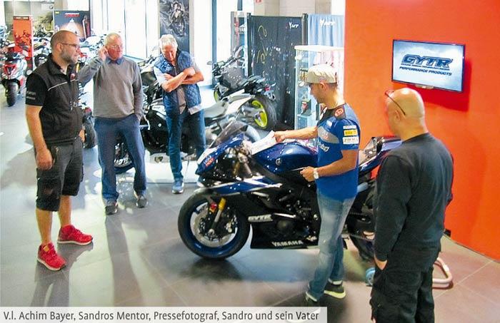 Sandro Cortese bei der Übergabe seines neuen Rennmotorrades
