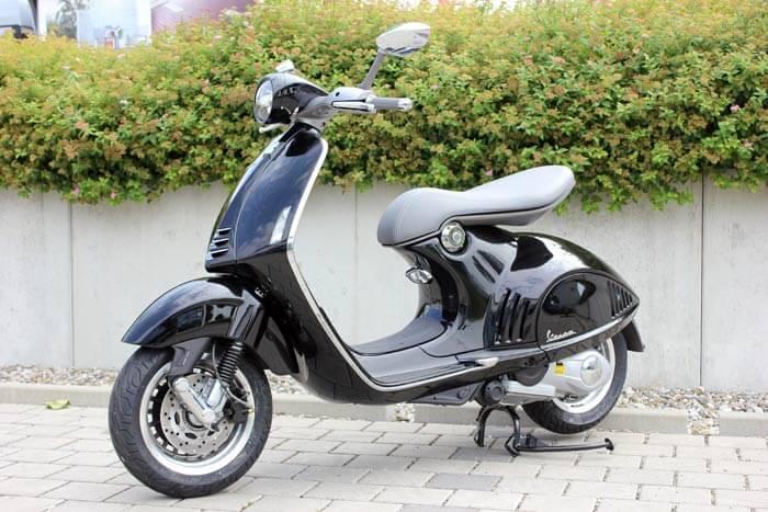 Vespa 946 - schwarz - Motorrad Bayer GmbH Ulm/ Senden